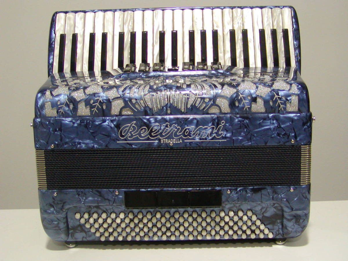 A full-sized model with 3 sets of treble reeds of a more affordable but nevertheless good quality. Available in a full range of colours. Model shown in simple Italian Blue.